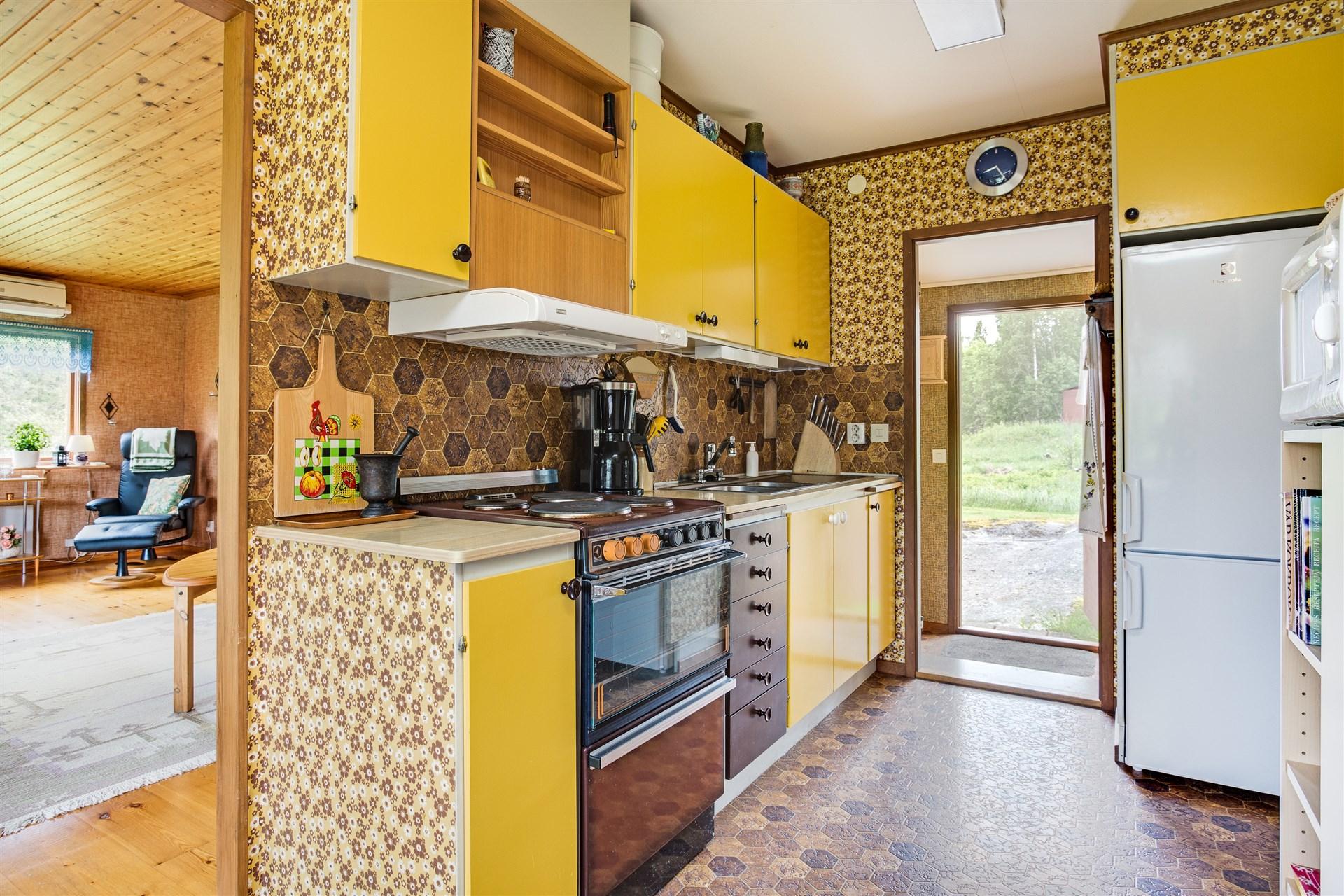Direkt från hallen kommer man in i köket. Köket har det solgula orginalköket kvar. Blandad ålder på vitvarorna.