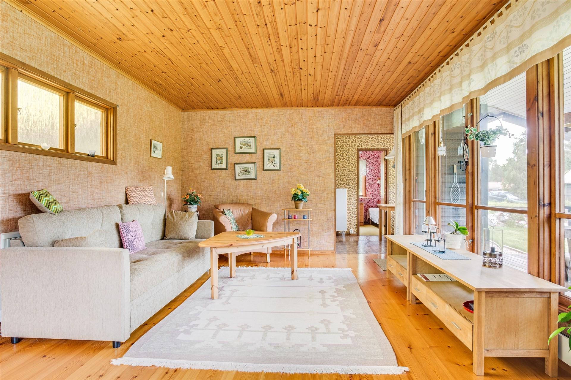 I vardagsrummet finns stora fönster som ger härligt ljus.