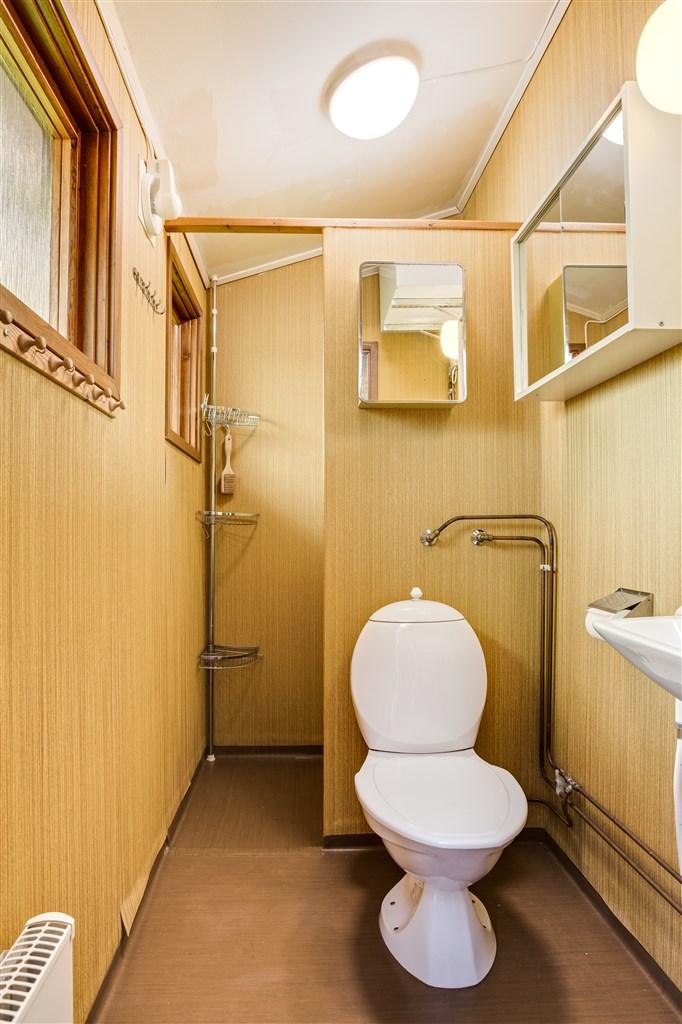 Dusch/ wc med wc-stol, handfat och dusch. Här finns också varmvattenberedaren.