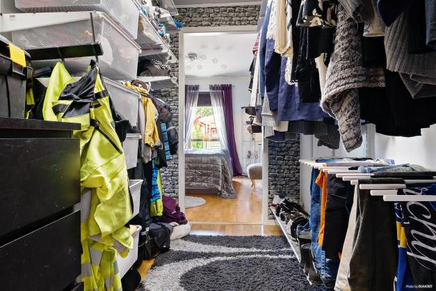 Klädkammare med ingång från masterbedroom