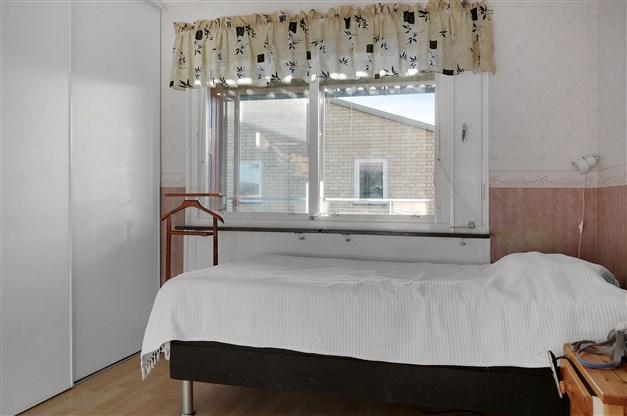 Sovrum 1 med garderober bakom skjutdörr
