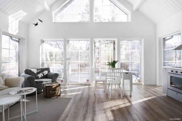 Vardagsrum/kök badar i ljus, stora fönster och högt i tak