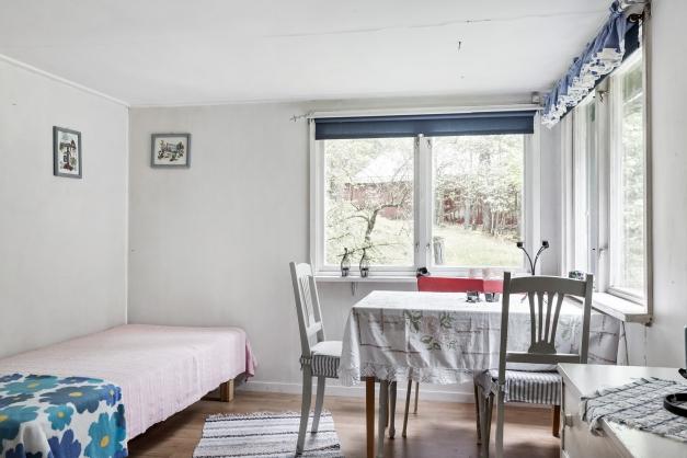 Allrummet med plats för bord och en liten soffa om man vill
