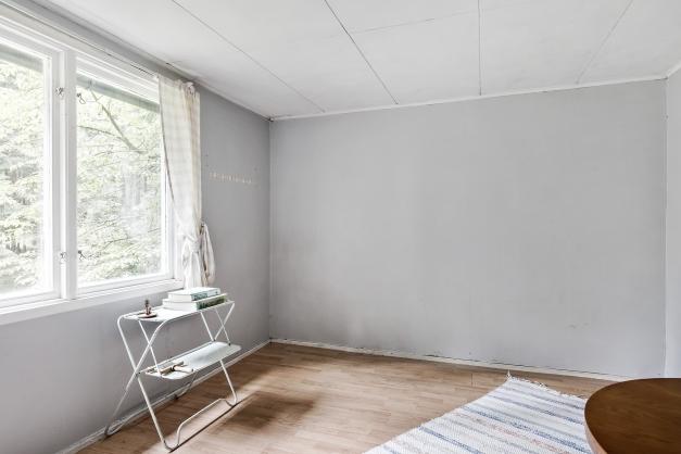 Större rum med plats för säng och kanske en liten sittgrupp