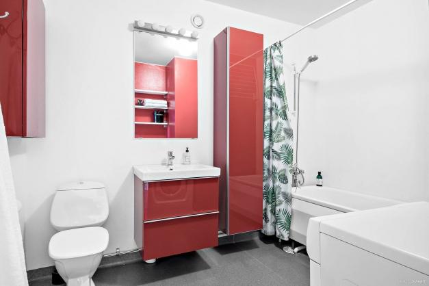 Badrum med badkar och bra förvaring.
