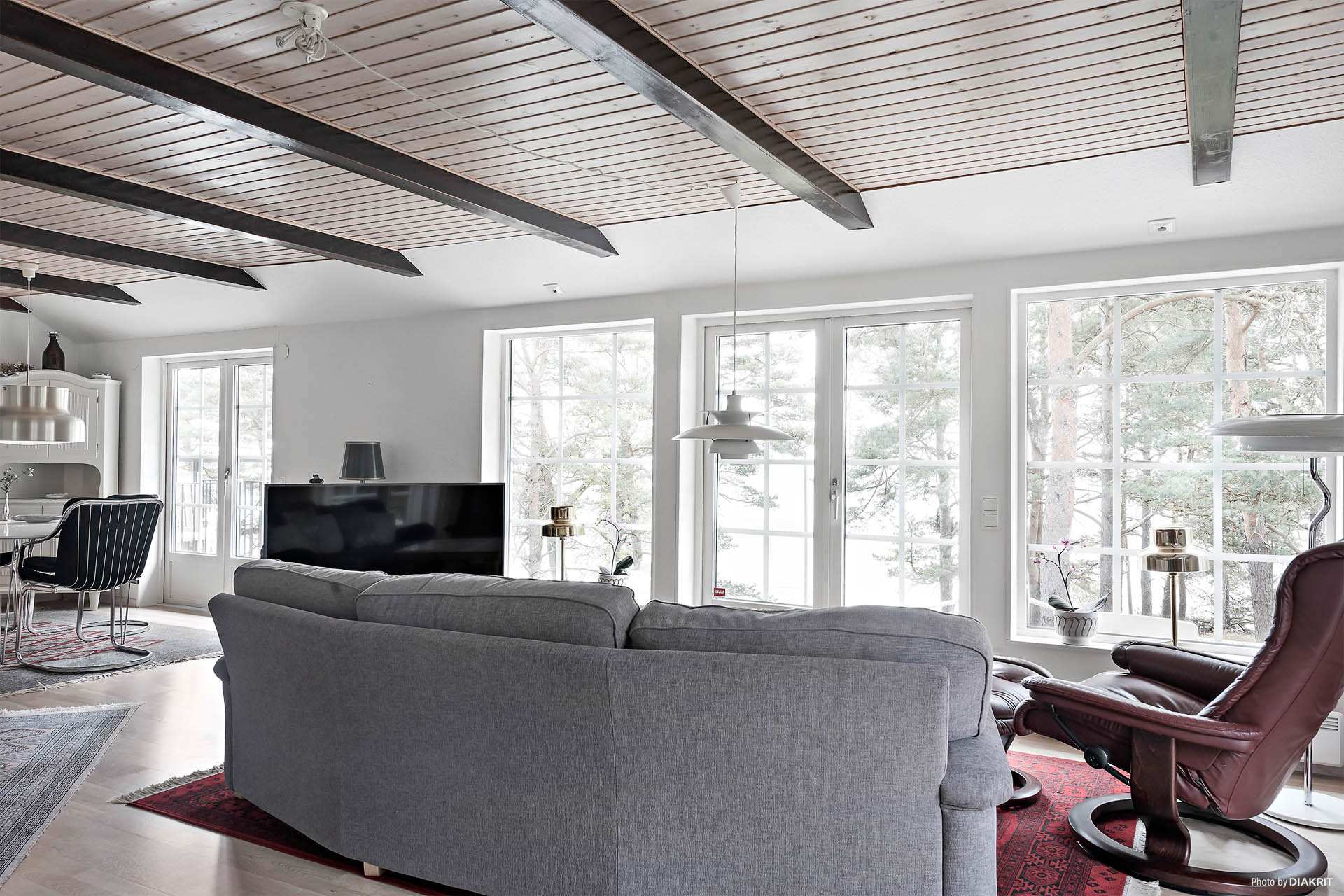 Vardagsrummet upplevs rymligt med plats för både soffhörna, matbord och flera sittplatser där man kan njuta av utsikten