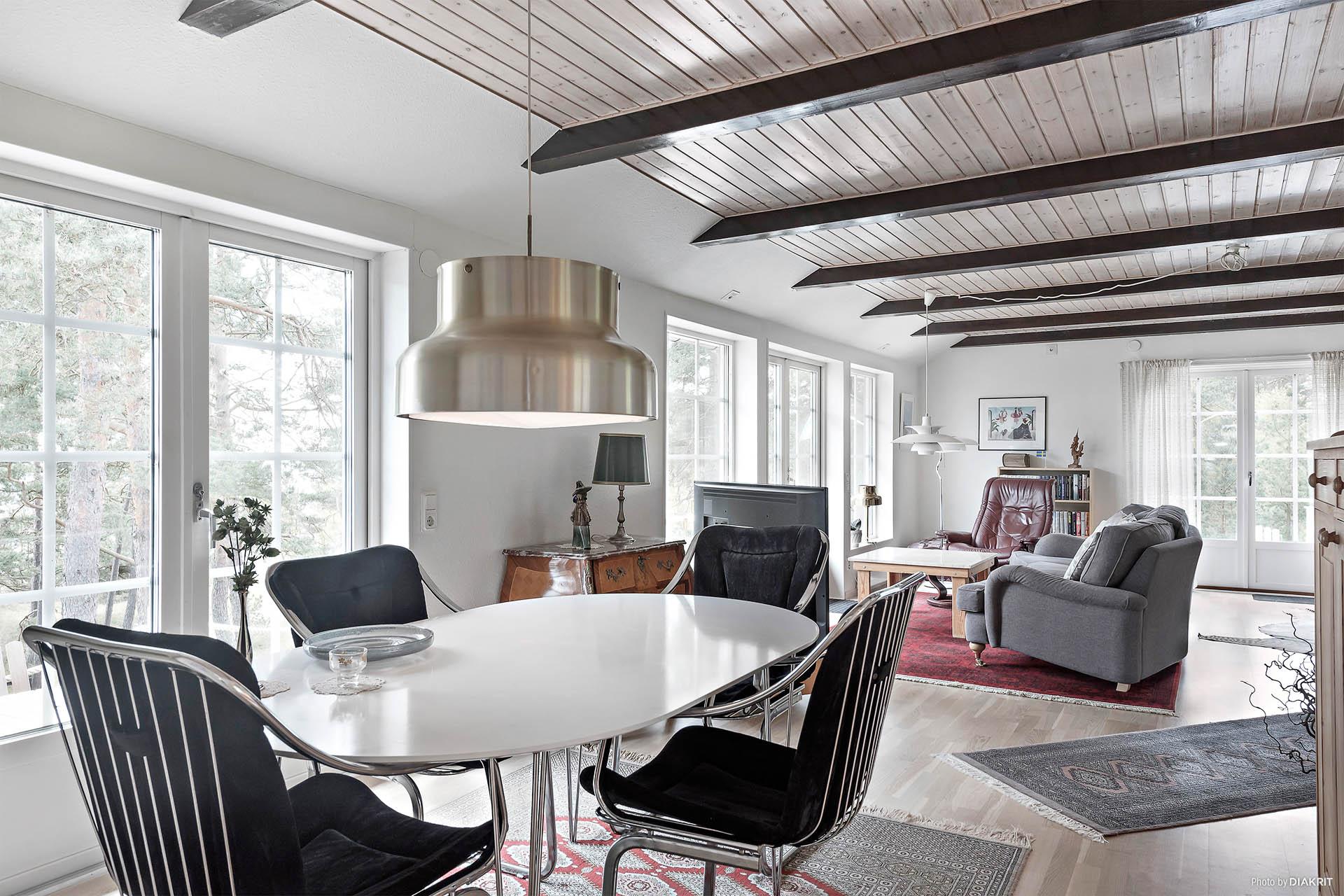 Ovanplan bjuder på ett generöst vardagsrum/matrum med full havsutsikt!