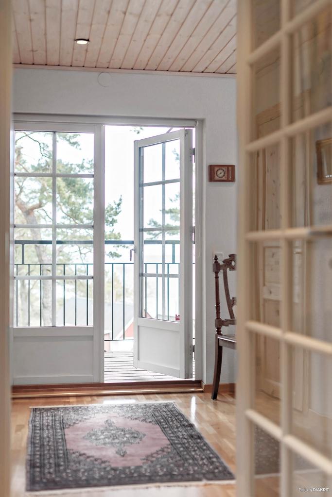 Sovrummet har egen utgång till balkongen med full havsutsikt