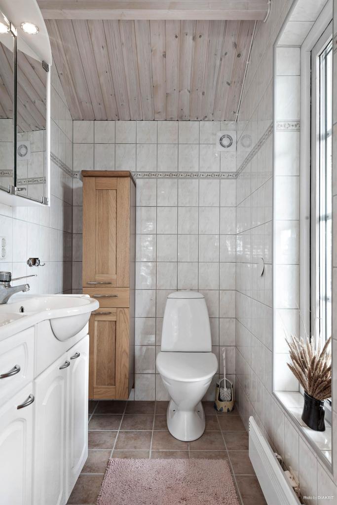 Även från toaletten intill sovrummet har man havsutsikt...