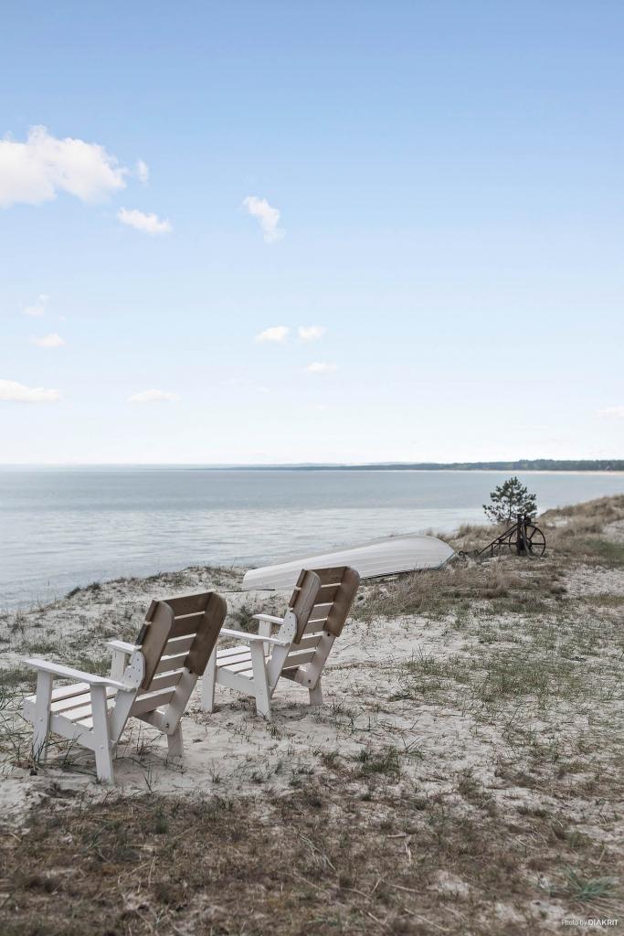 Rakt nedanför tomten kan man njuta av  fri vy söderut över Hanöbukten och Stens Huvud. Magiskt vackert!