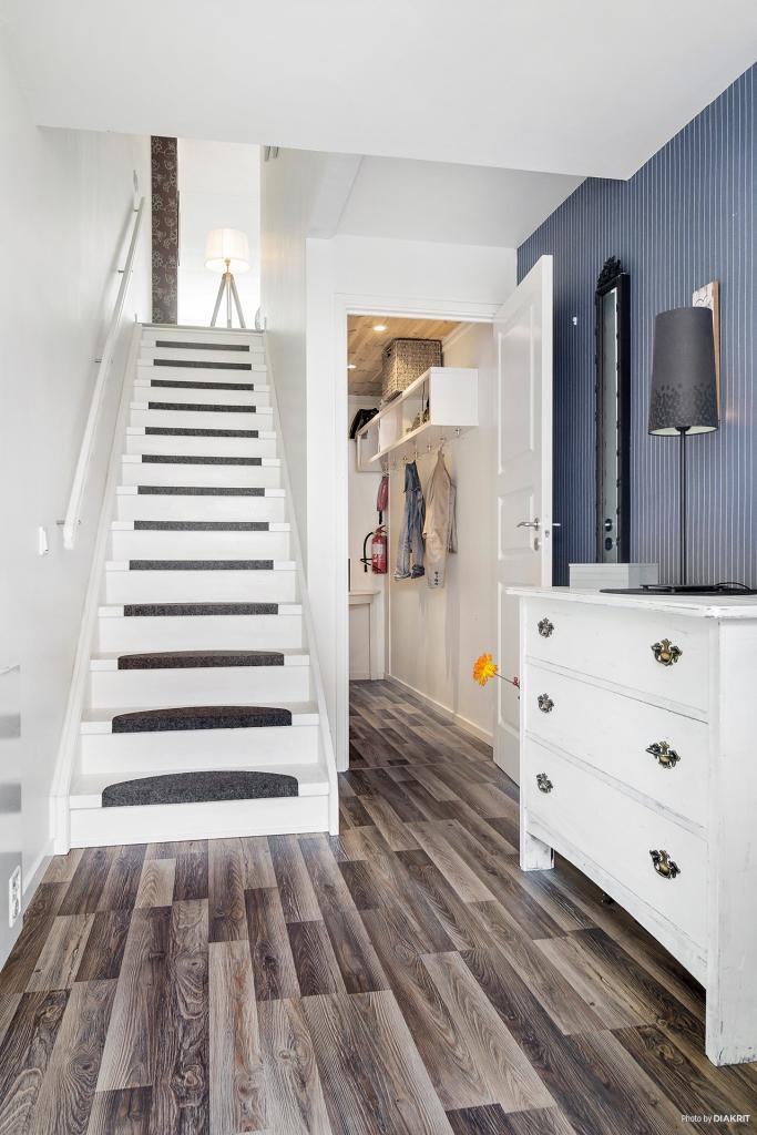 Hall och klädkammare samt trappa upp till rummen