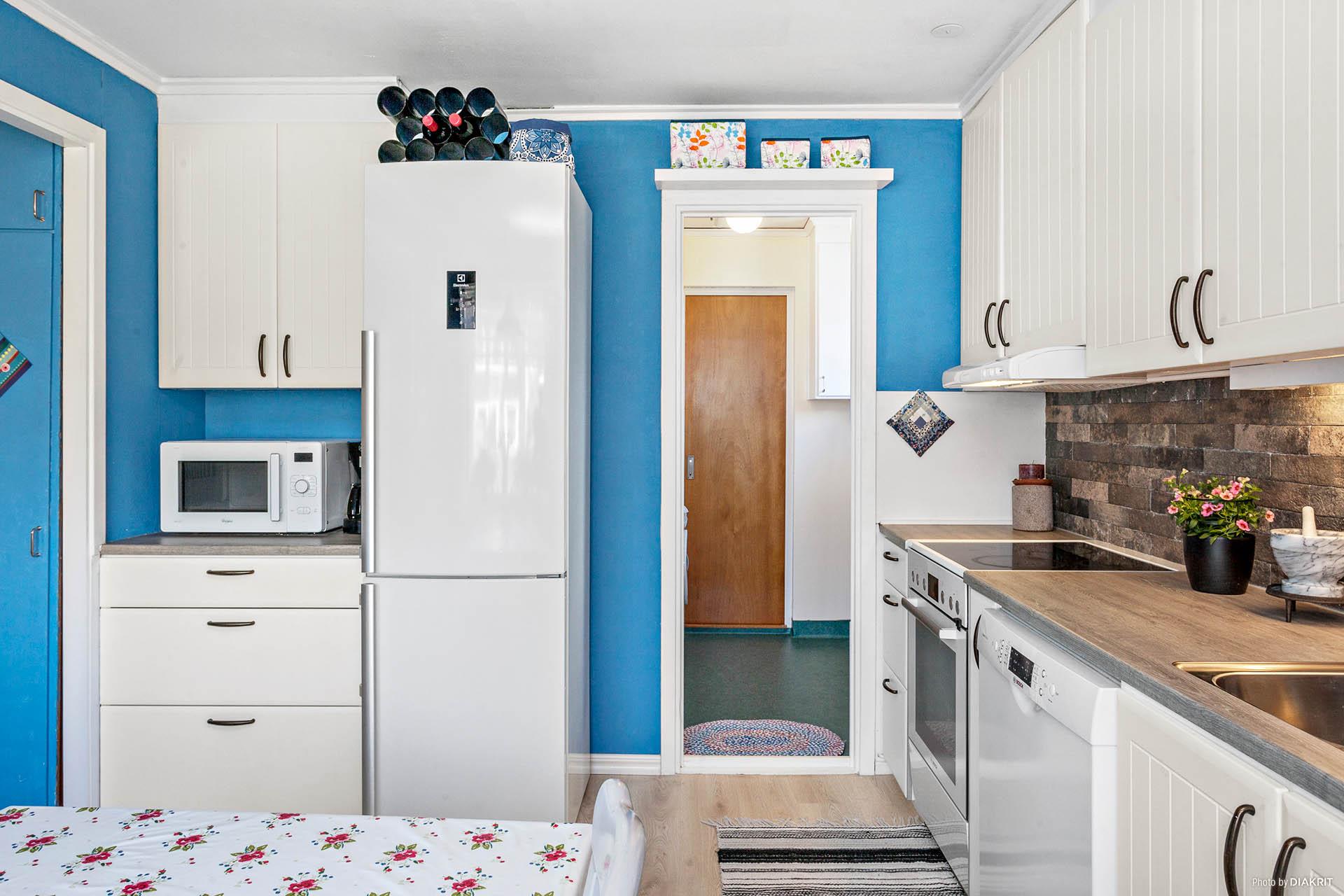 Kök med tvättstuga intill.
