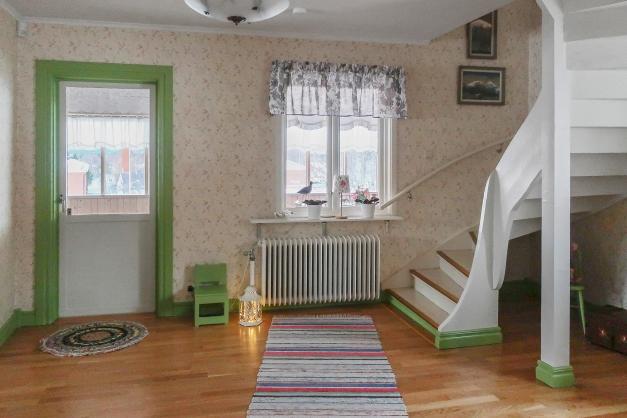 Del av vardagsrum. Trappa upp till övervåningen och utgång till inglasad altan.