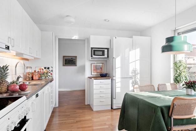 Trivsamt kök i vit inredning