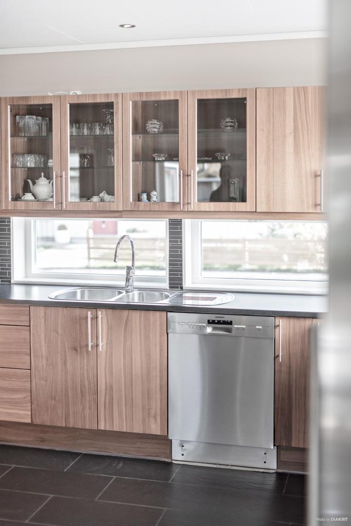 Köket är stort och lätt att arbeta i. Fina bänkytor och gott om skåp.