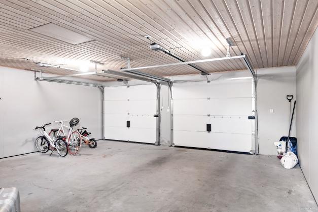Rymligt garage med eldrivna portar.