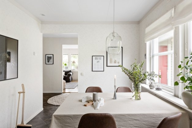Köket mot vardagsrum och hall