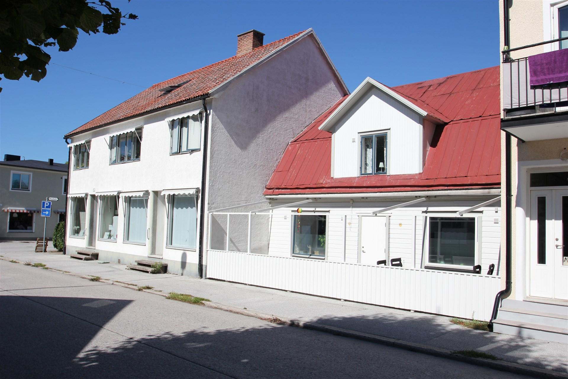 Två sammanbyggda huskroppar, uteplats till lgh 2