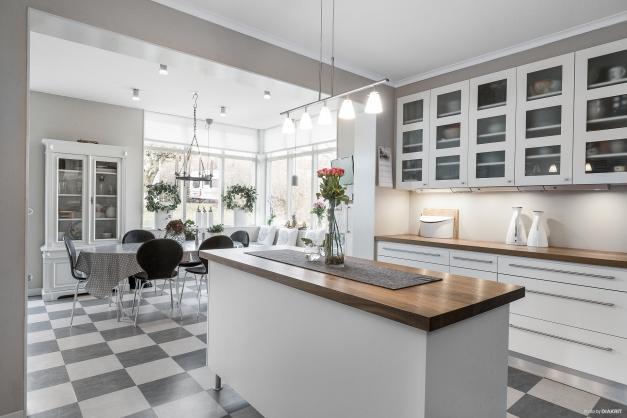 Kök med köksö och matplats
