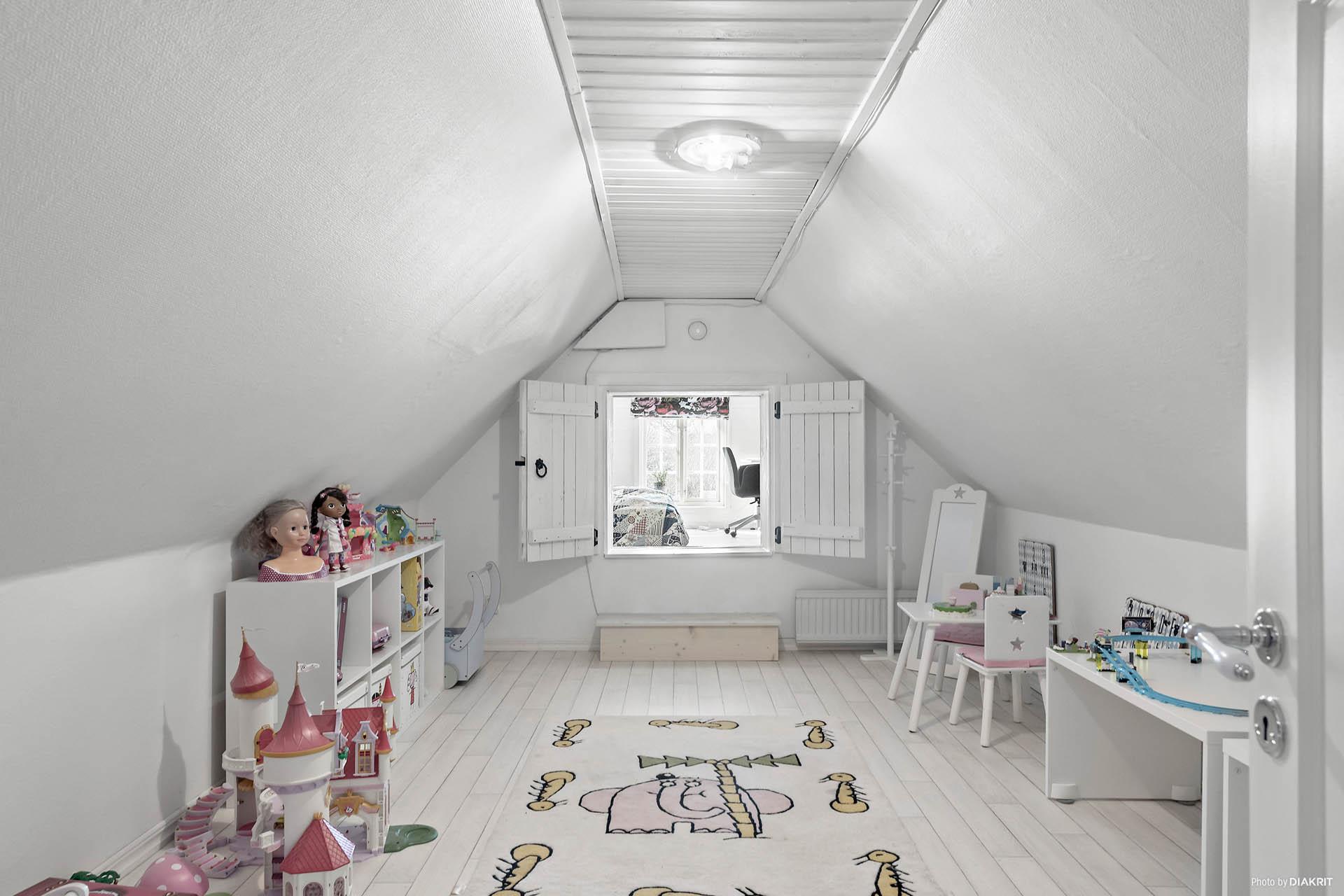 """Sovrum eller allrum som leder vidare till """"ett krypin"""" sovrum eller mysrum eller som idag, ett väldigt ombonat kontor."""
