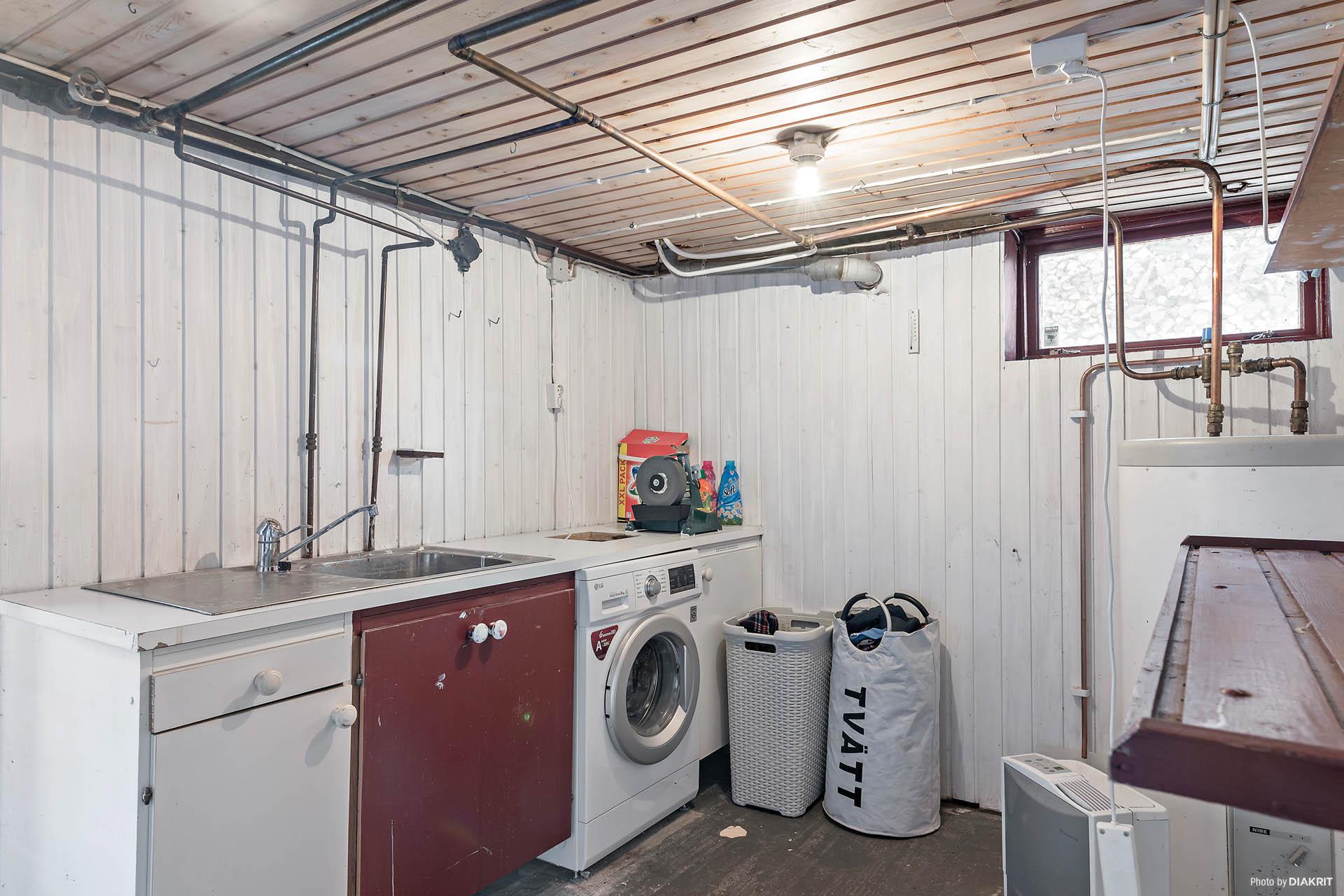 Tvättstugan i källaren. I källaren finns flera förrådsutrymmen samt rum med fina stendetaljer, man kan tex göra sig en vinkällare.