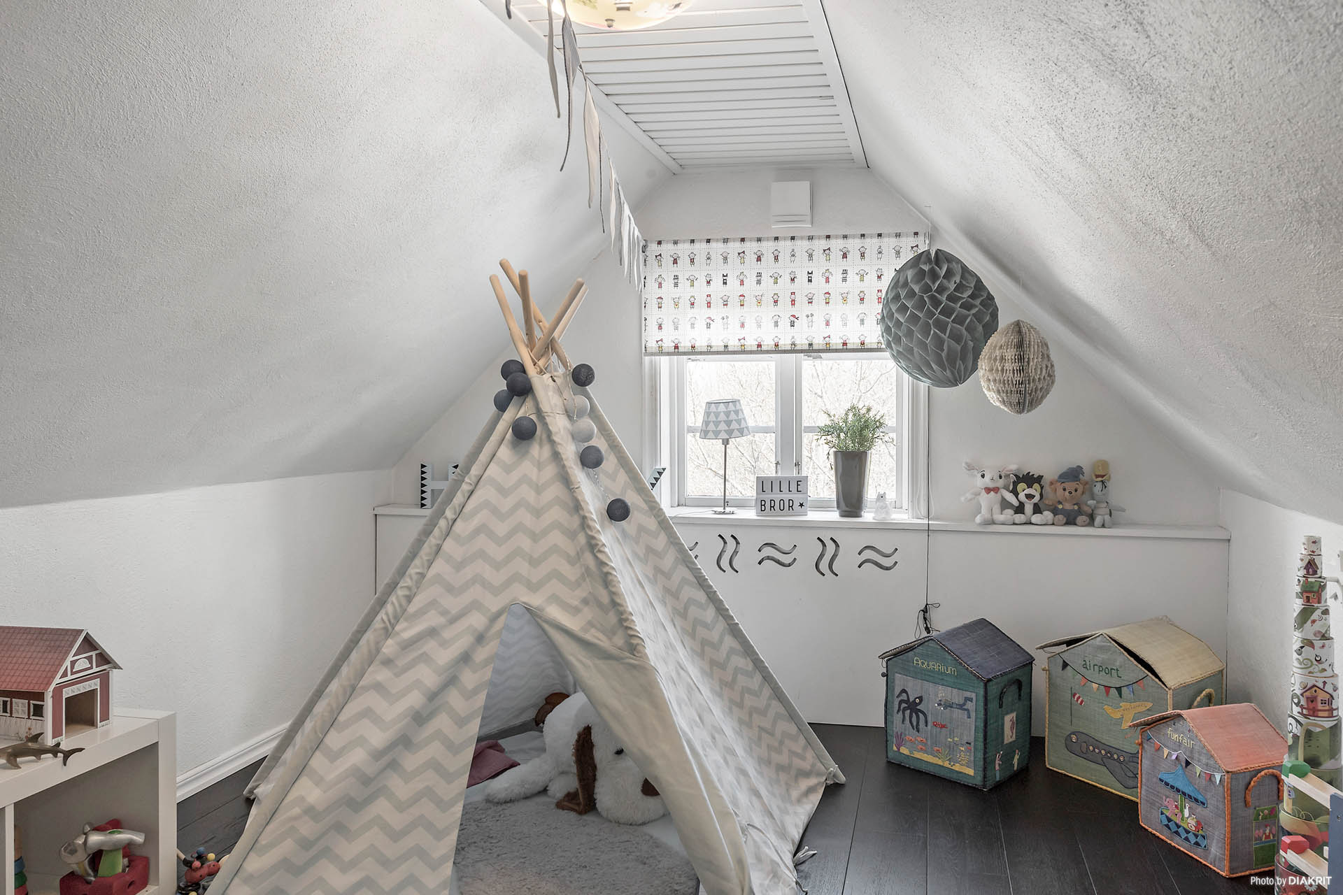 Sovrum med parkettgolv i mörk ton och putsade väggar.