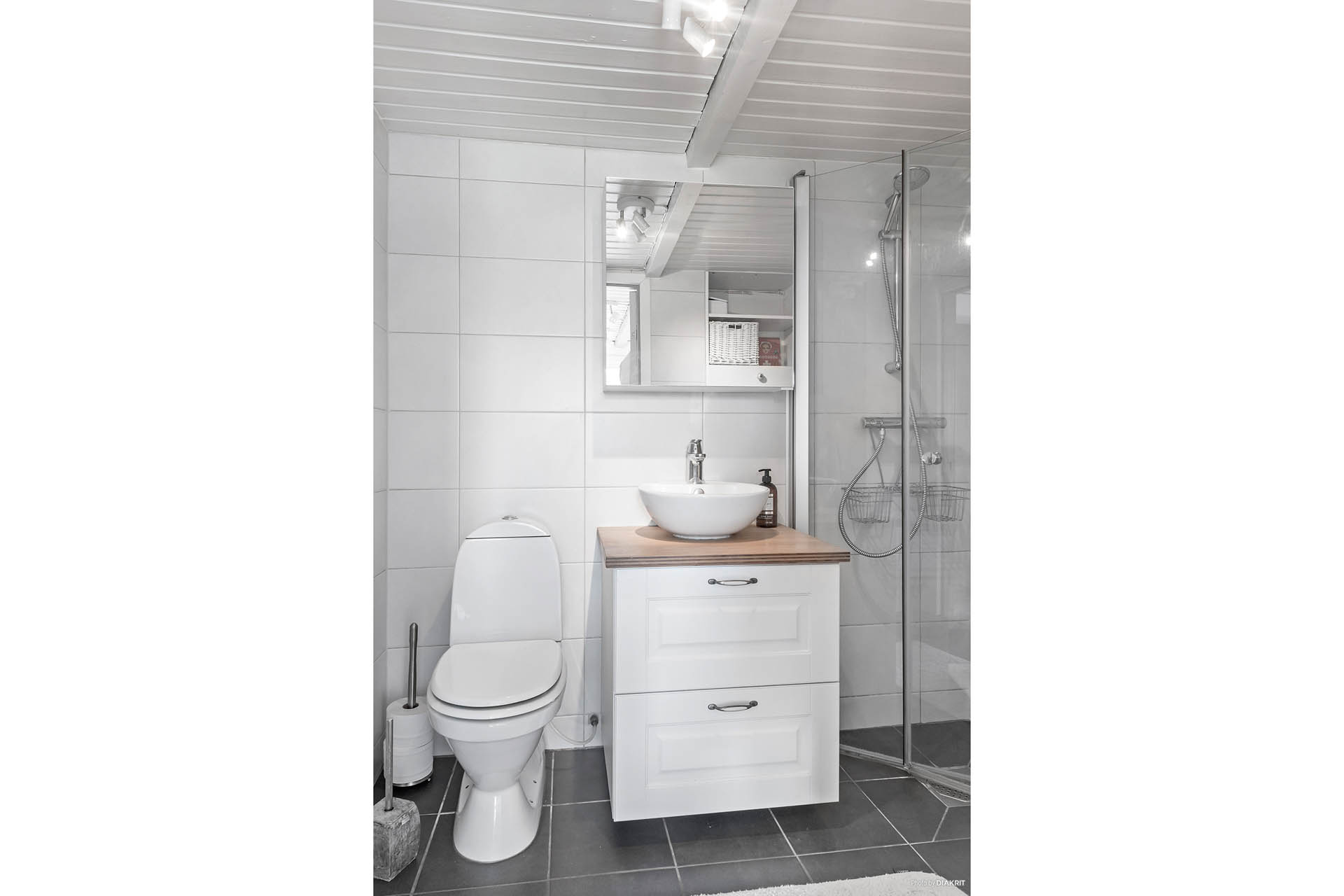 Badrum nummer två ligger i anslutning till köket. Kakel och klinker med elgolvvärme. Dusch, handfat och wc.