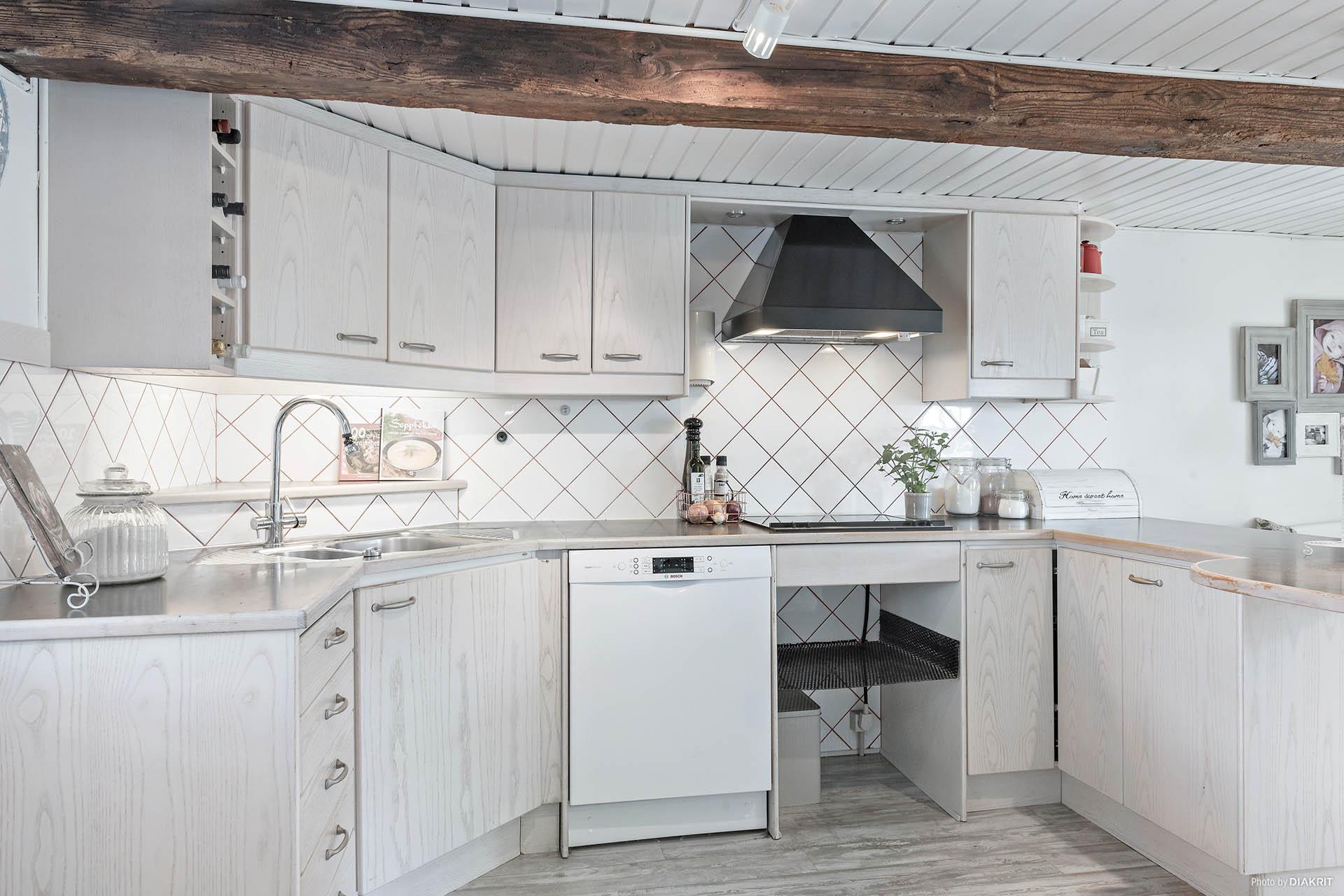 Köket är bra planerat och lätt att arbeta i.