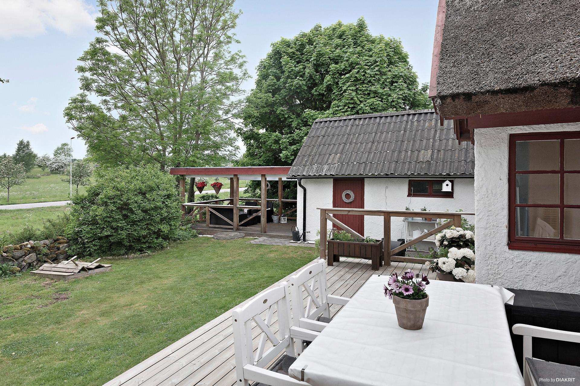 Härlig innergård med fina sittplatser i trädgården och på trädäcket
