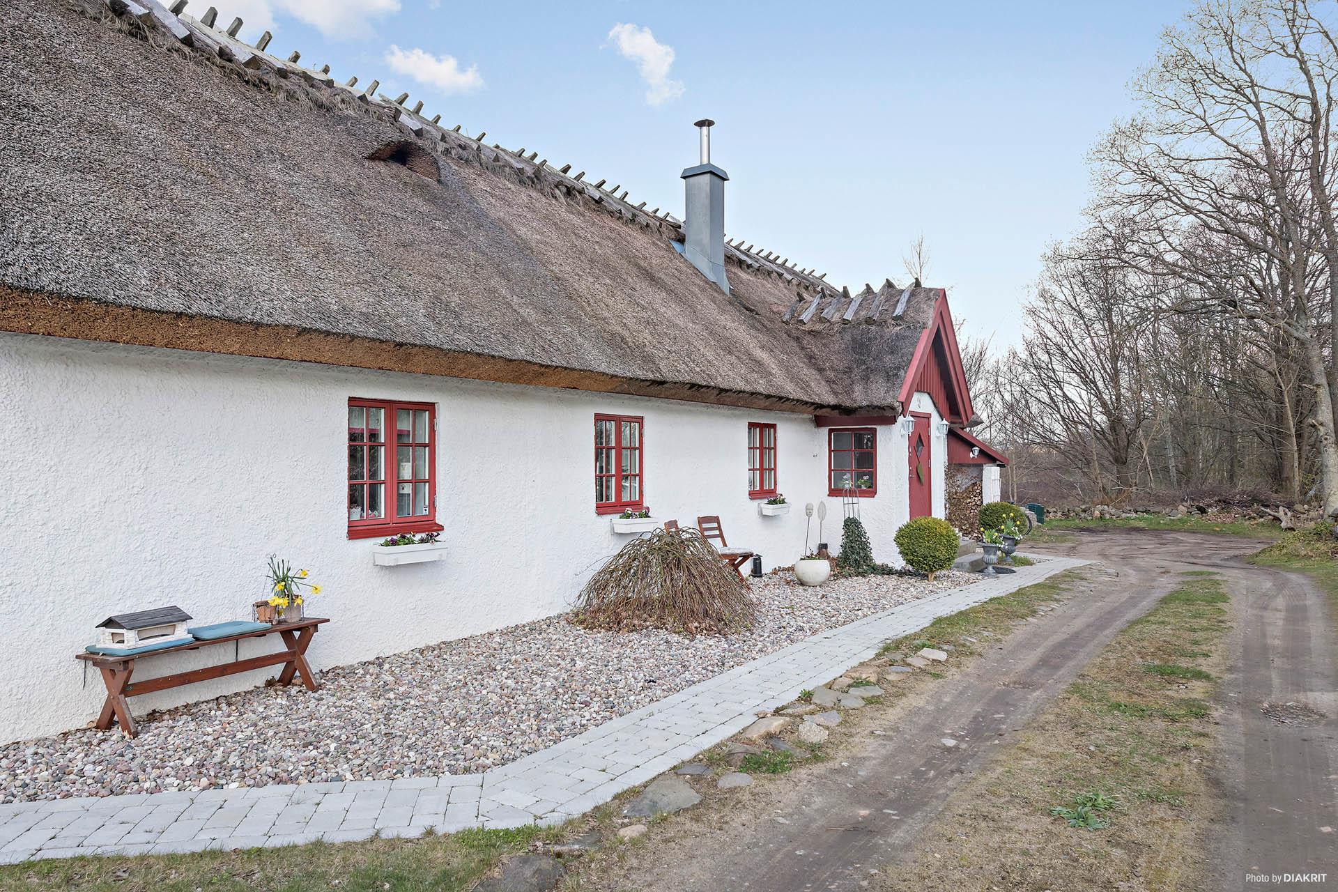 Vägen upp till huset, med plats för bilen. Huset är delvis tillbyggt i samma stil som den äldre delen, skickliga hantverkare har gjort ett gott jobb!