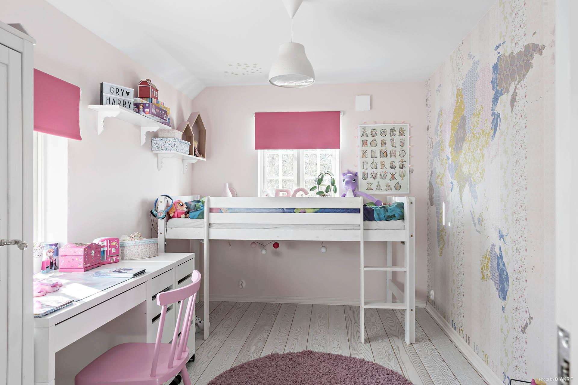 Sött sovrum i rosa toner.