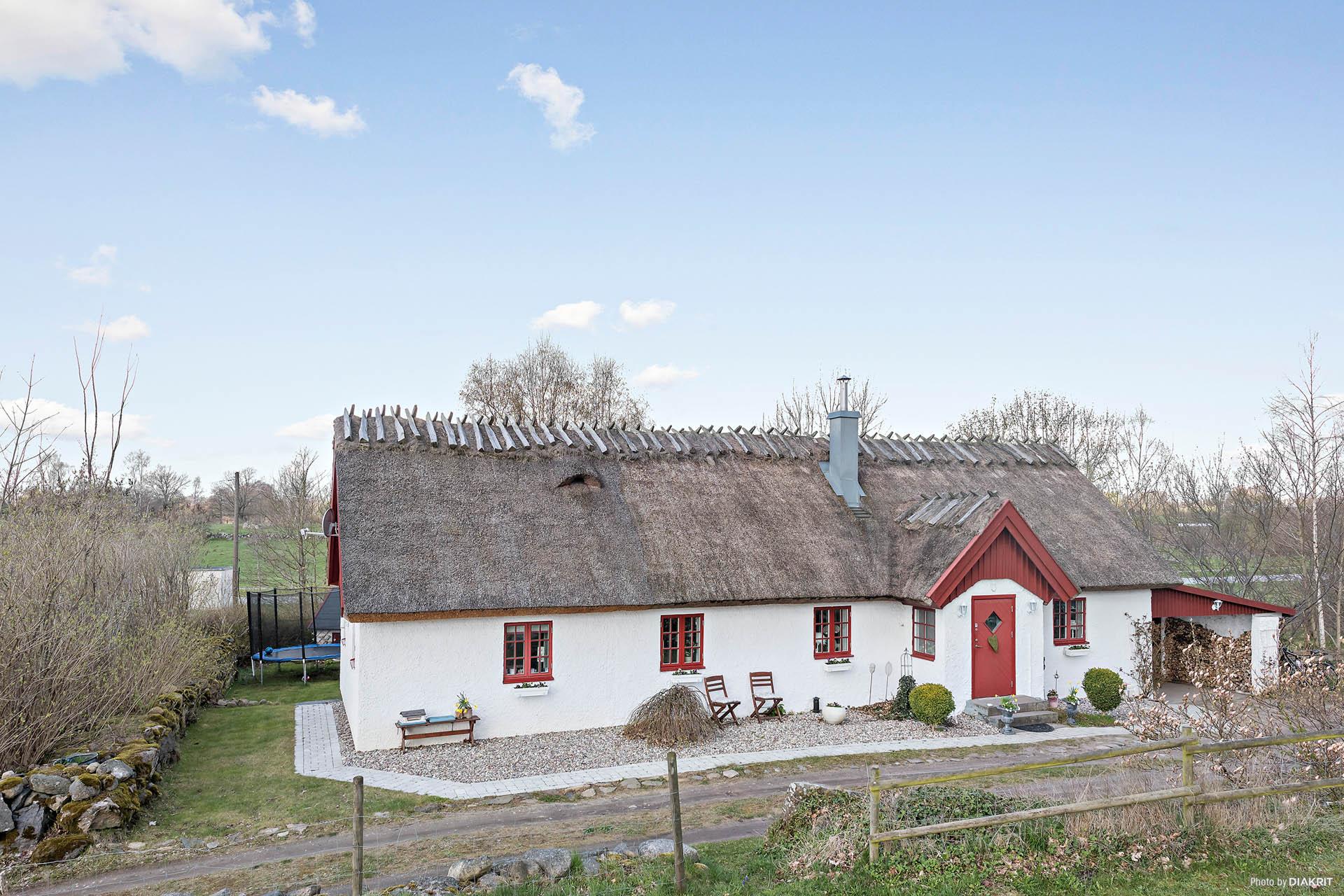 Välkommen till Mansdalavägen 48! Strax utanför Vä, i närheten av Planeternas område ligger detta pittoreska vackra hus!