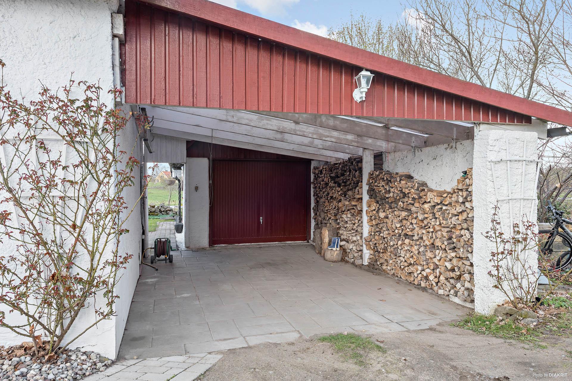 Carport och garage med plats för allehanda ting.