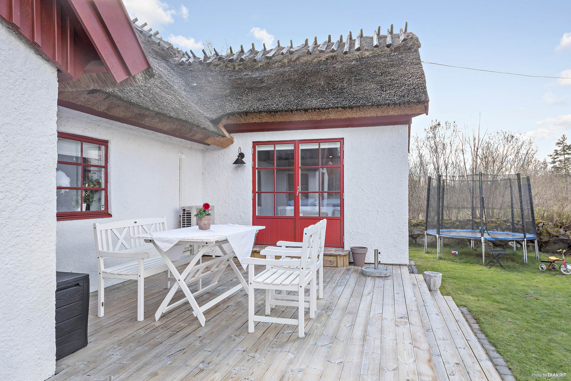Från kök och hall når vi innergården! Tänk, snart kan man sitta ute och njuta!