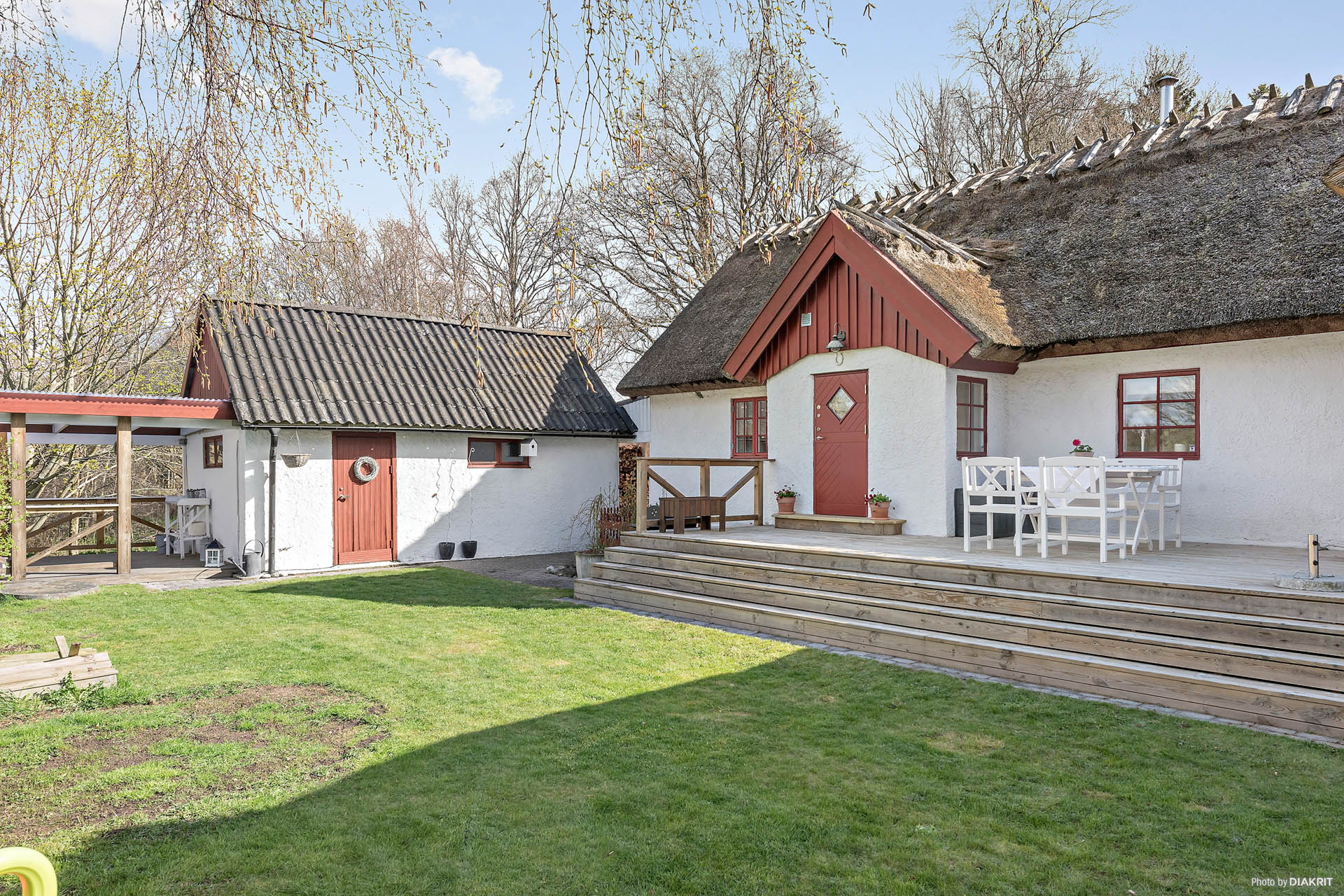 Den fina innergården med trädäcket och uteplatsen som är överbyggd. Här sitter man gott på flera platser och njuter.