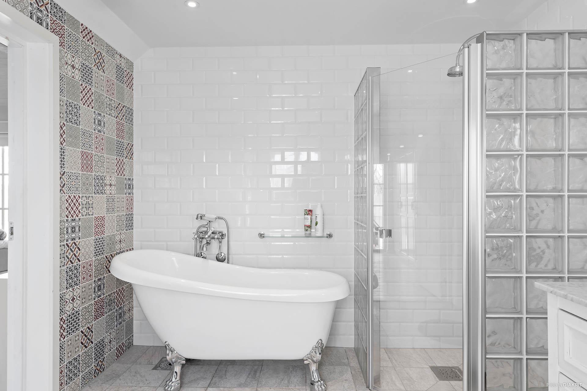 Badrummet ligger strax intill sovrummet, vilken lyx! Kakel och klinker, vattneburen golvvärme. Här finns både dusch, badkar, handfat, wc och det är förberett för om man vill ha en tvättpelare här.