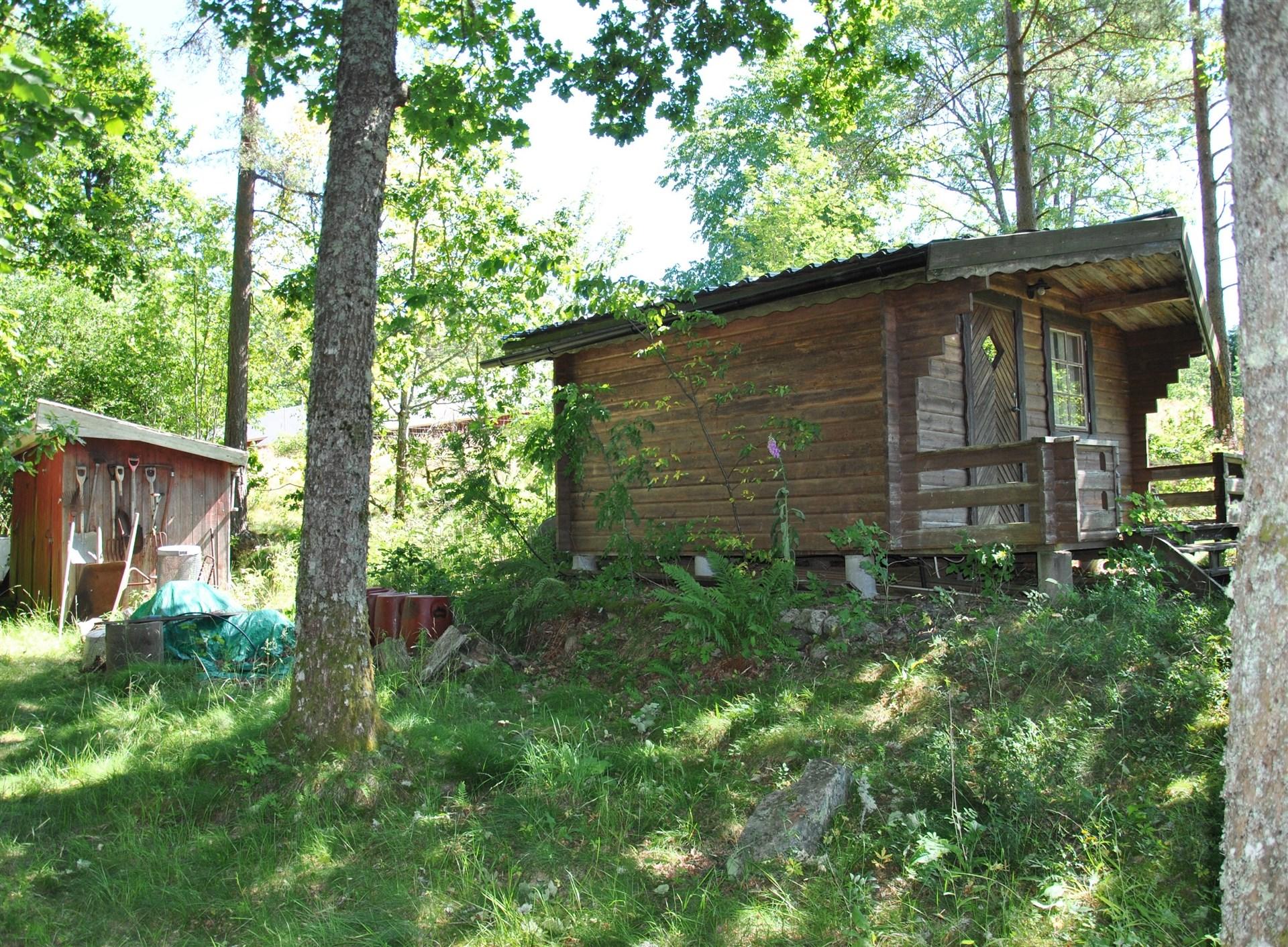 På tomten finns förutom gäststugan ett uthus med utedass/förråd/vedbod