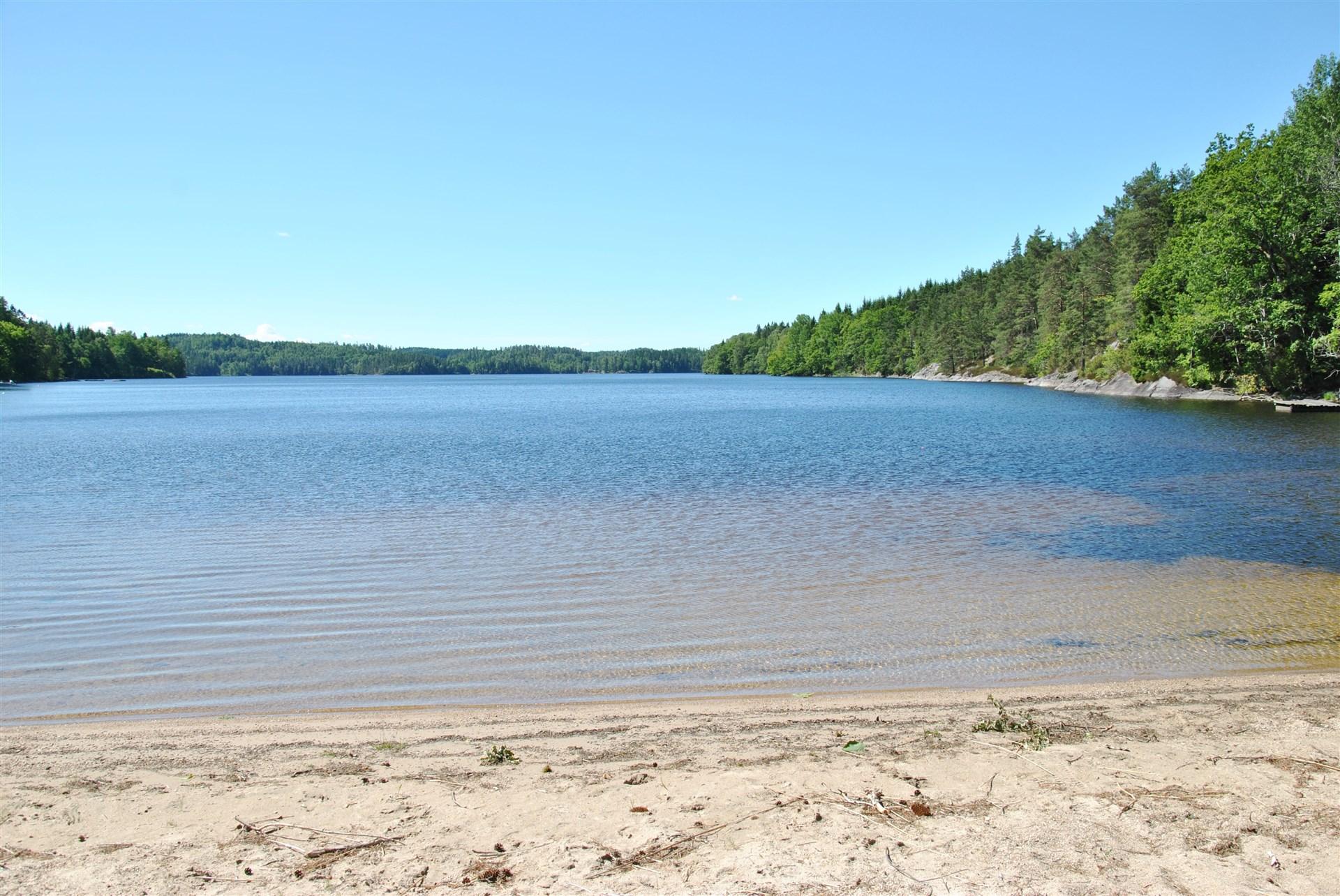 Klart vatten och sandbotten