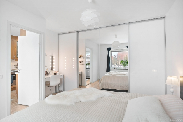 Rymligt sovrum med skjutdörrsförvaring