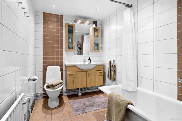 Rymligt snyggt badrum + gästoalett