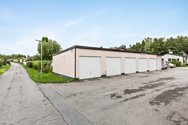 Garagelänga där garageplats följer fastigheten