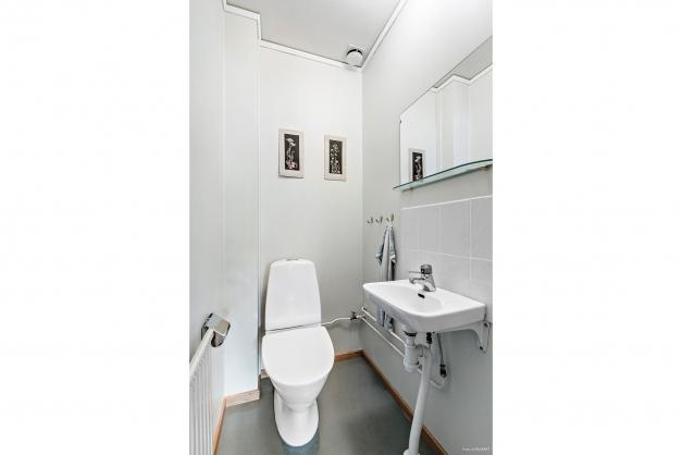 Separat wc med tvättställ