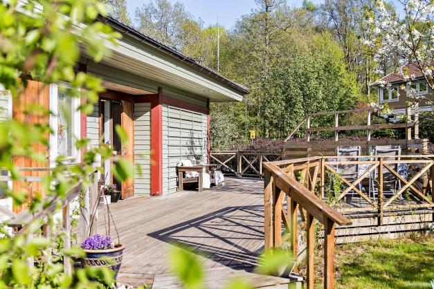 Stor altan i lummigt och lugnt läge med sol från förmiddag till kväll