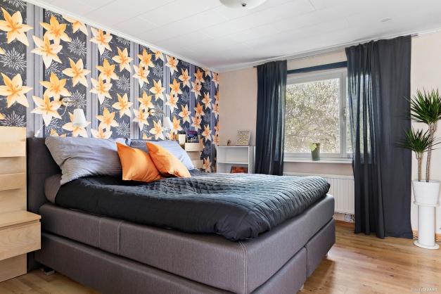 Ljust master bedroom med utsikt över grönskan på baksidan