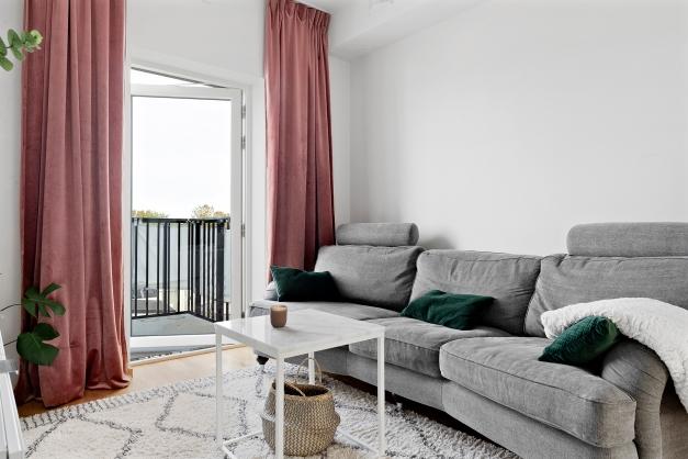 TV-rum/sovrum med utgång till balkongen