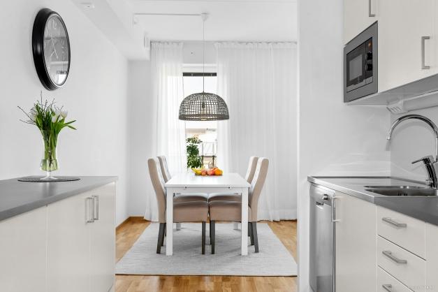 Kök med ljus och trevlig matplats intill fönster