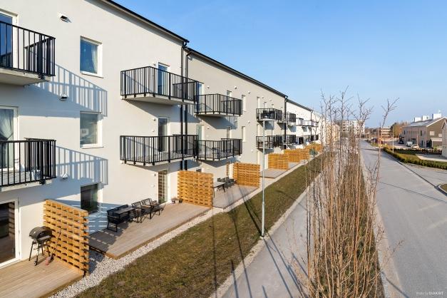Baksidan med balkonger mot Greta Arwidssons gata