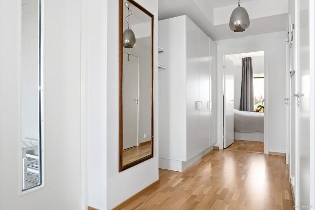 Hallen har väl tilltagen förvaring i garderober och klädkammare