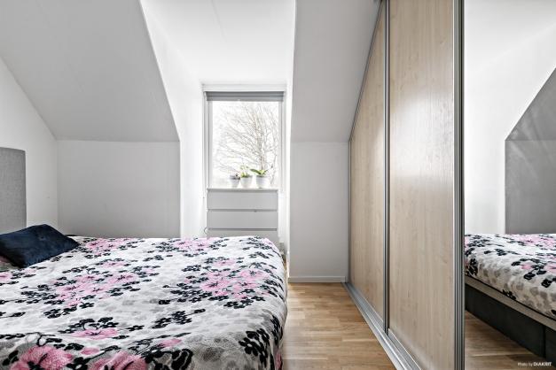 Sovrum 1 med skjutdörrsgarderober