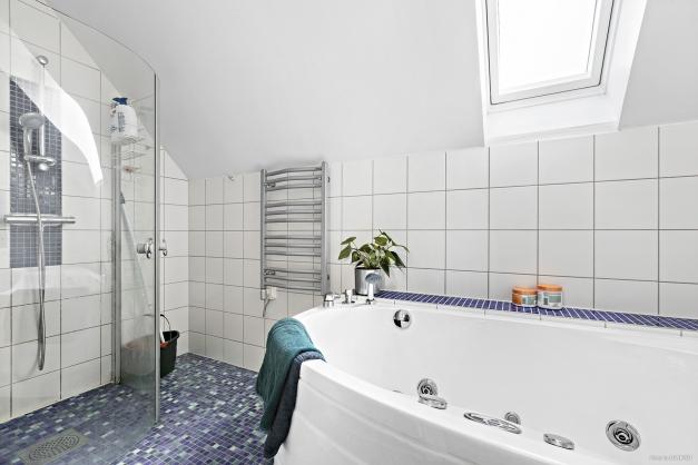 Helkaklat badrum i ovanplan